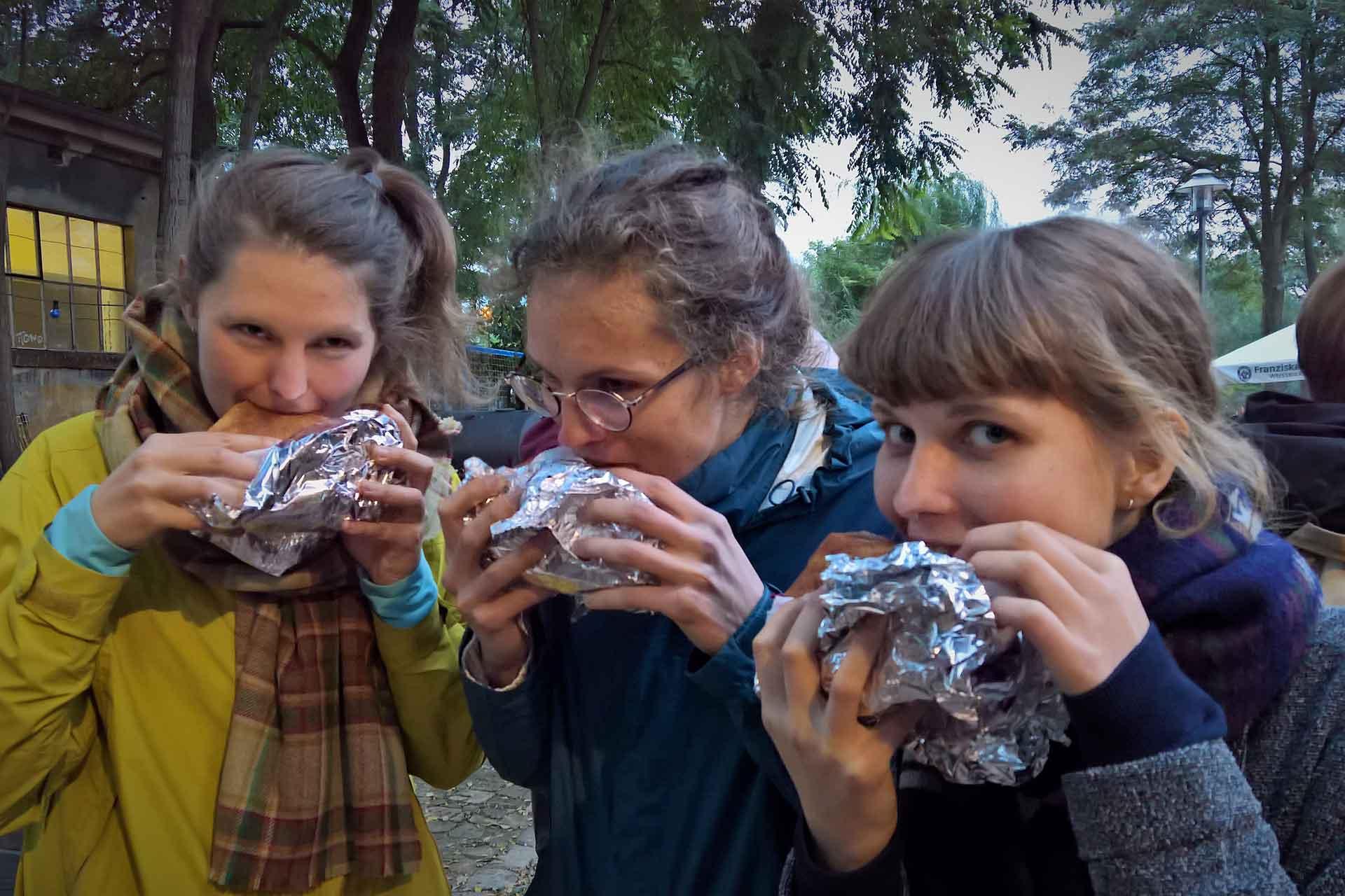 Studierende essen ihre Falafel im Brot