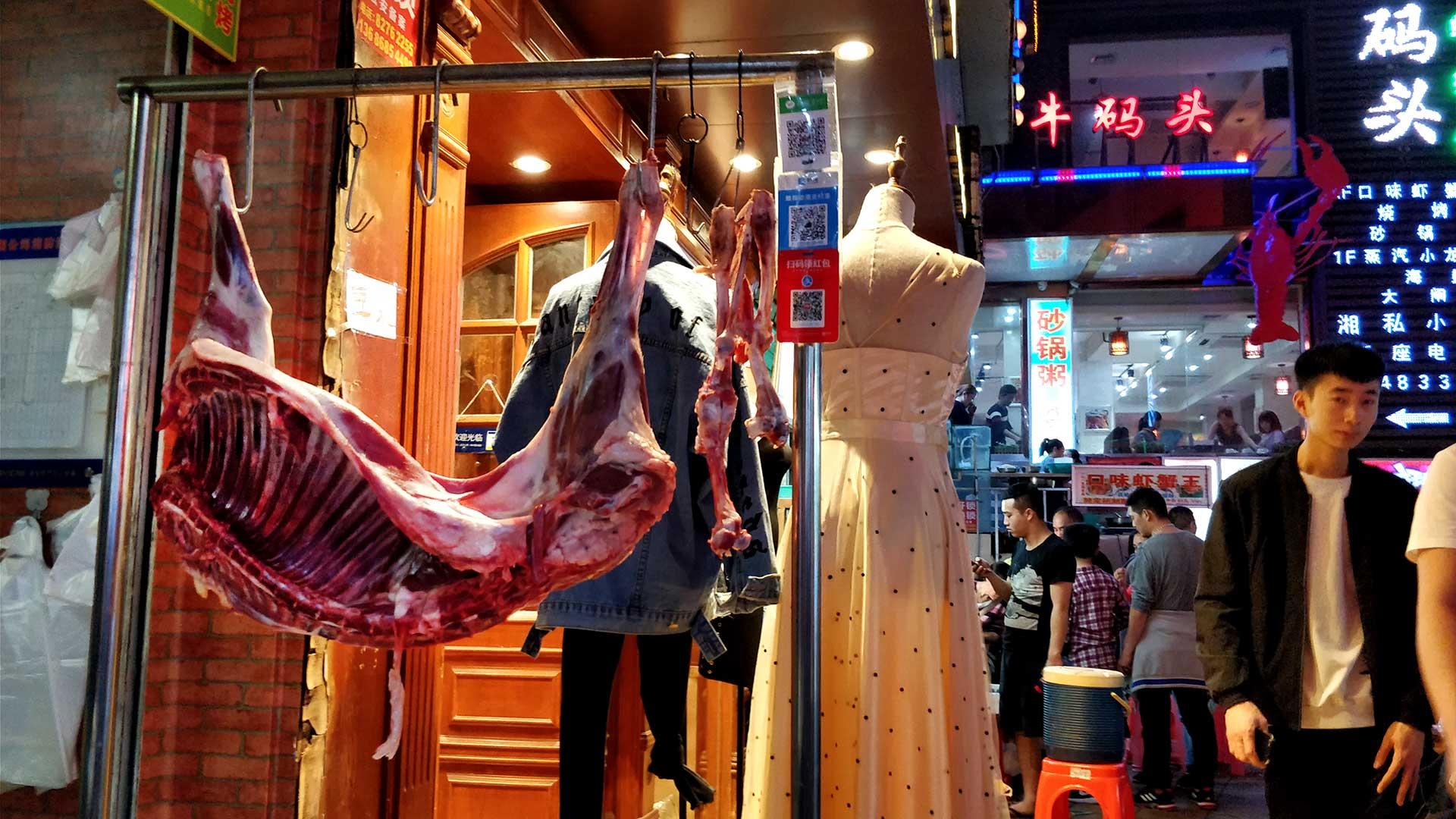 Nein, der Fleischer und die Boutique gehören nicht zusammen.
