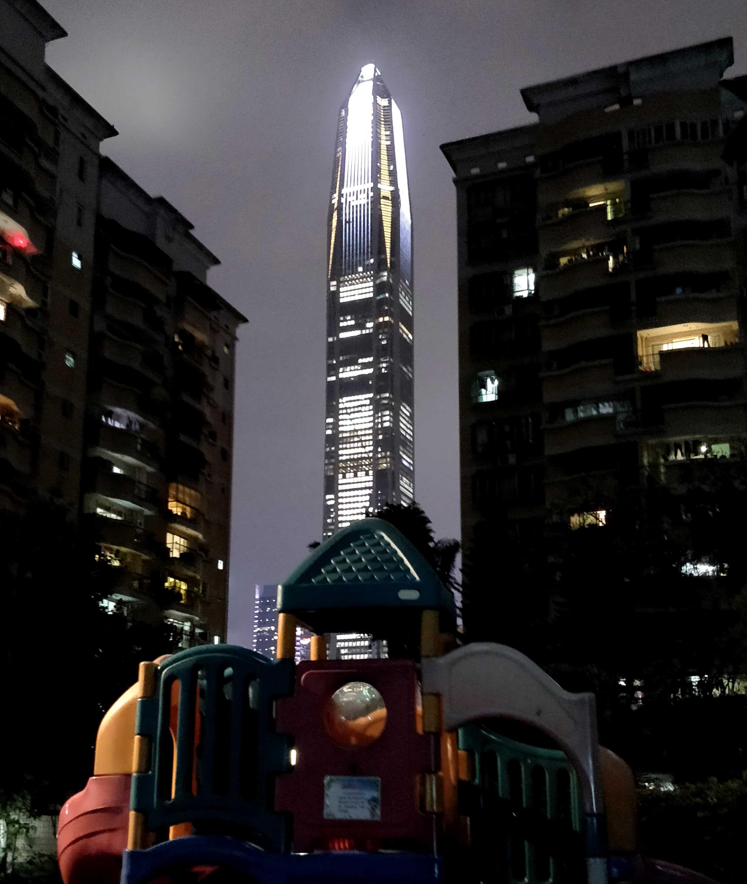 Blick von meinem Innenhof auf den neuen Ping An Tower