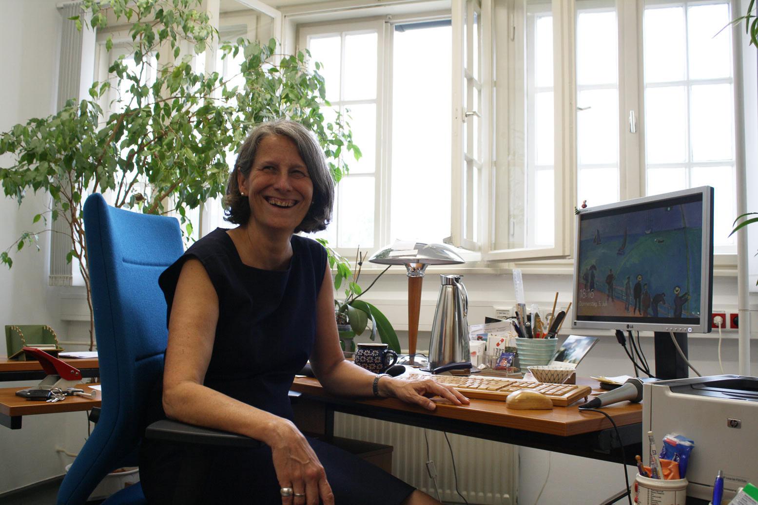 Eva Schmitt-Rodermund an ihrem Schreibtisch