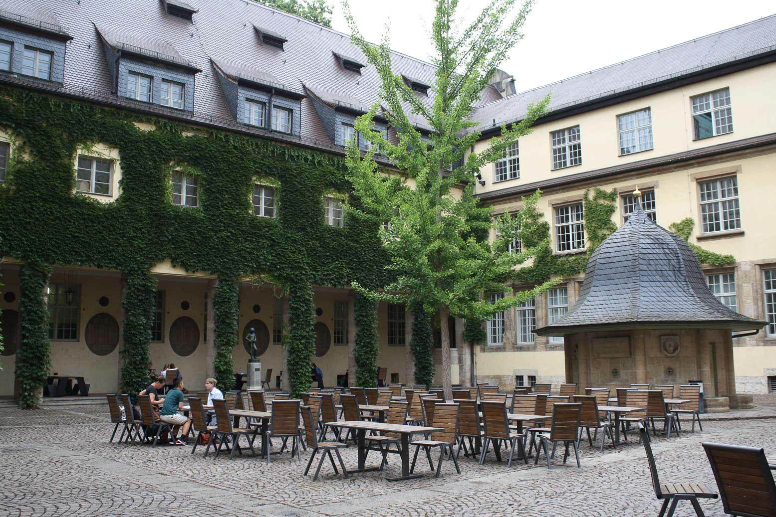 Innenhof des Hauptgebäudes der Uni Jena.