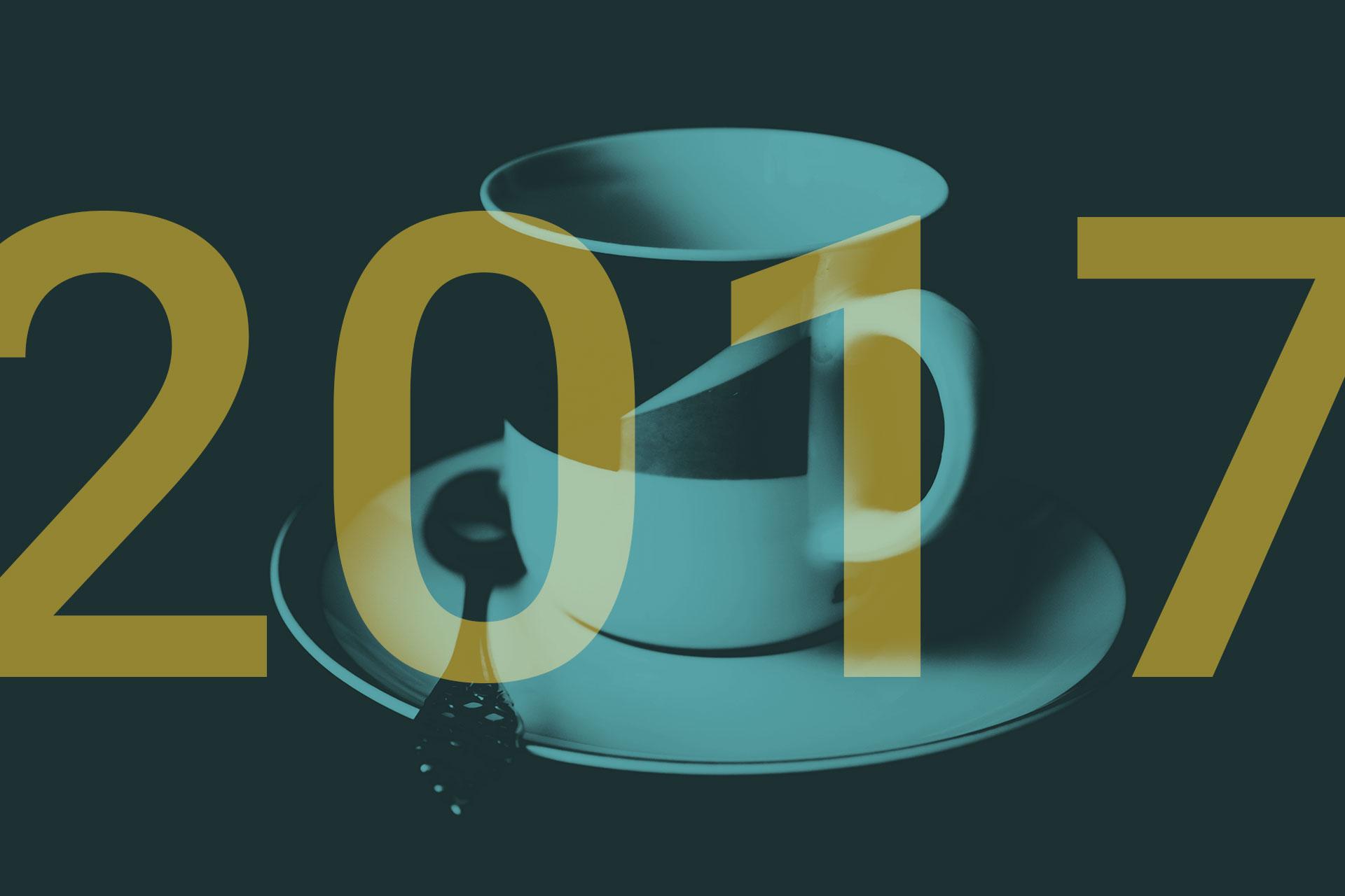 2017. Im Hintergrund ist eine Tasse zu sehen.