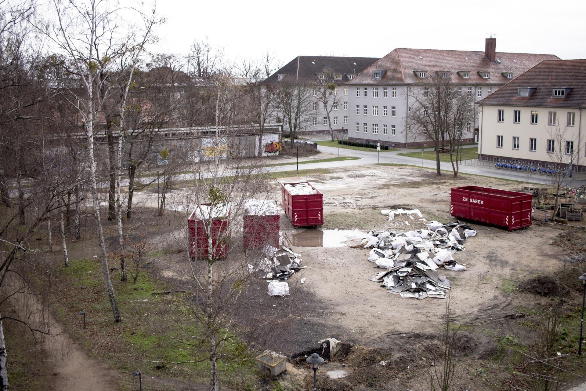 Container stehen mitten auf dem Campus der FH Potsdam