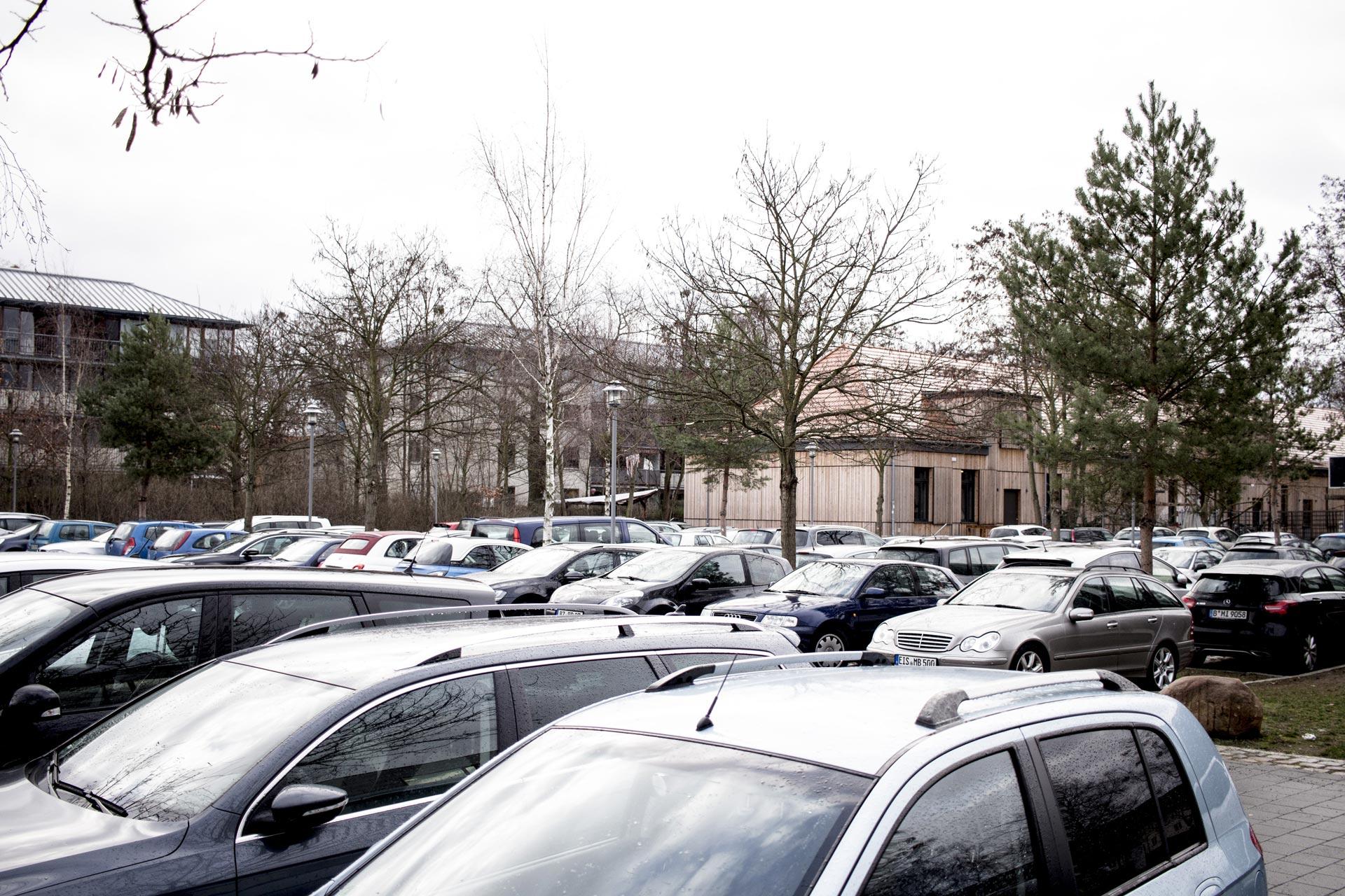 Ein Parkplatz voller Autos an der FH Potsdam