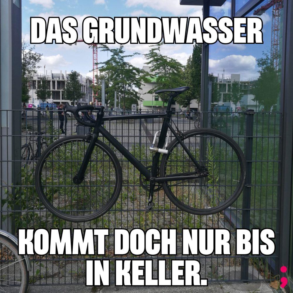 Fahrrad ist 50cm über dem Boden am Zaun angeschlossen