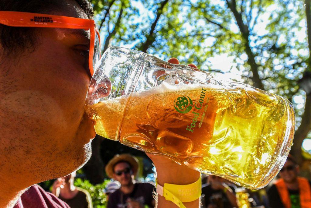 student am Bier trinken
