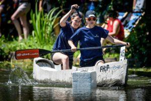 Zwei Studierende am paddeln