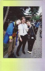 Elena, Ulrike und rike stehen glücklich beieinander