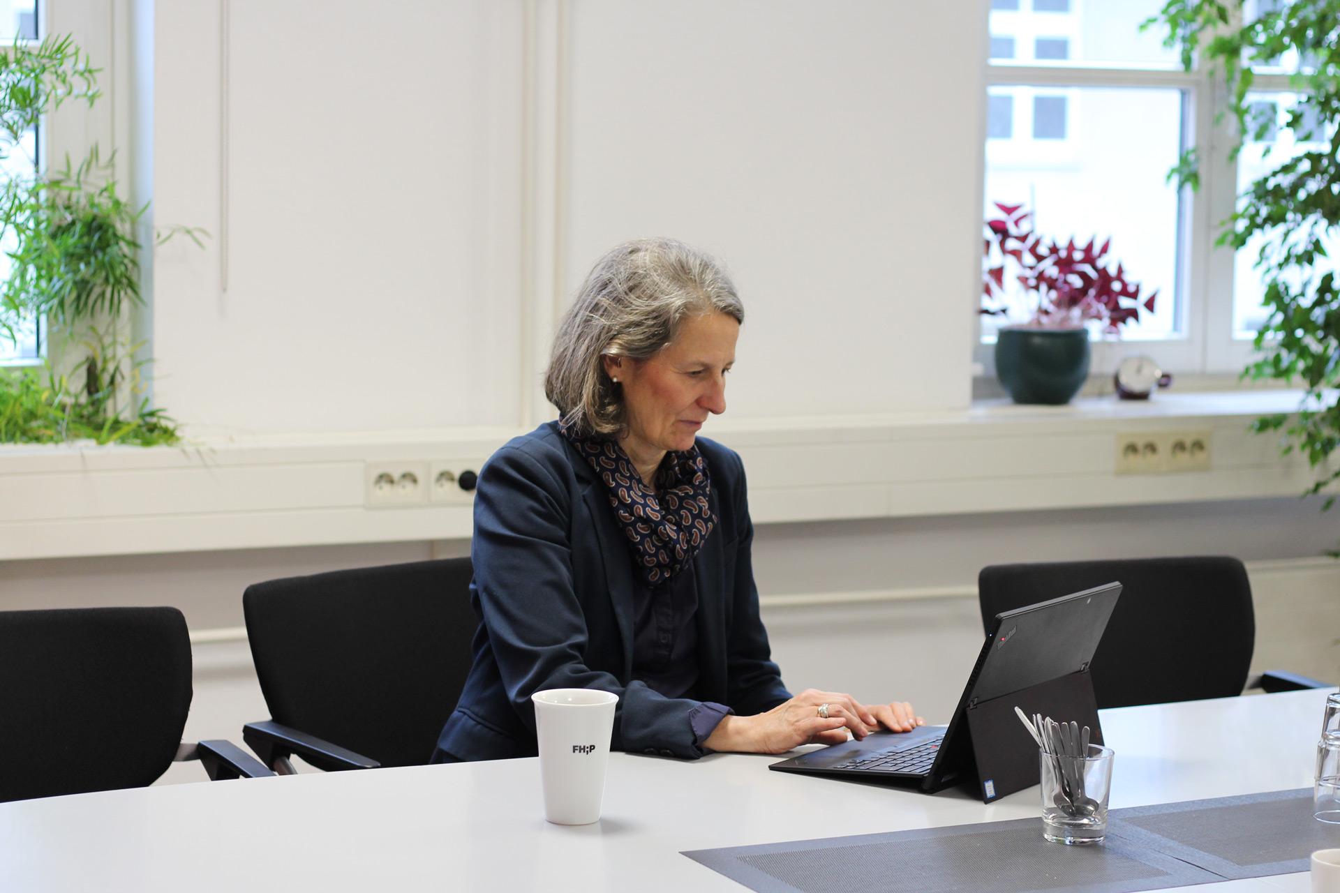 Eva Schmitt-Rodermund arbeitet an ihrem Laptop