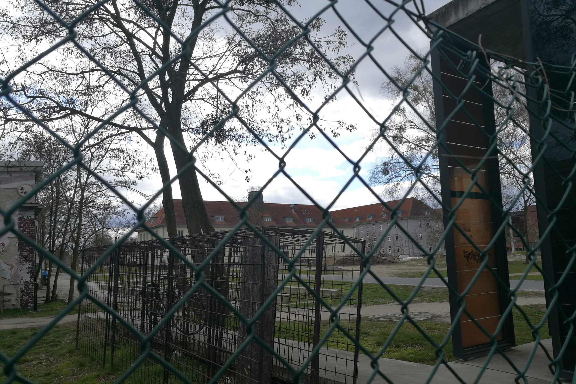 Blick durch einen Zaun auf die Campusmitte