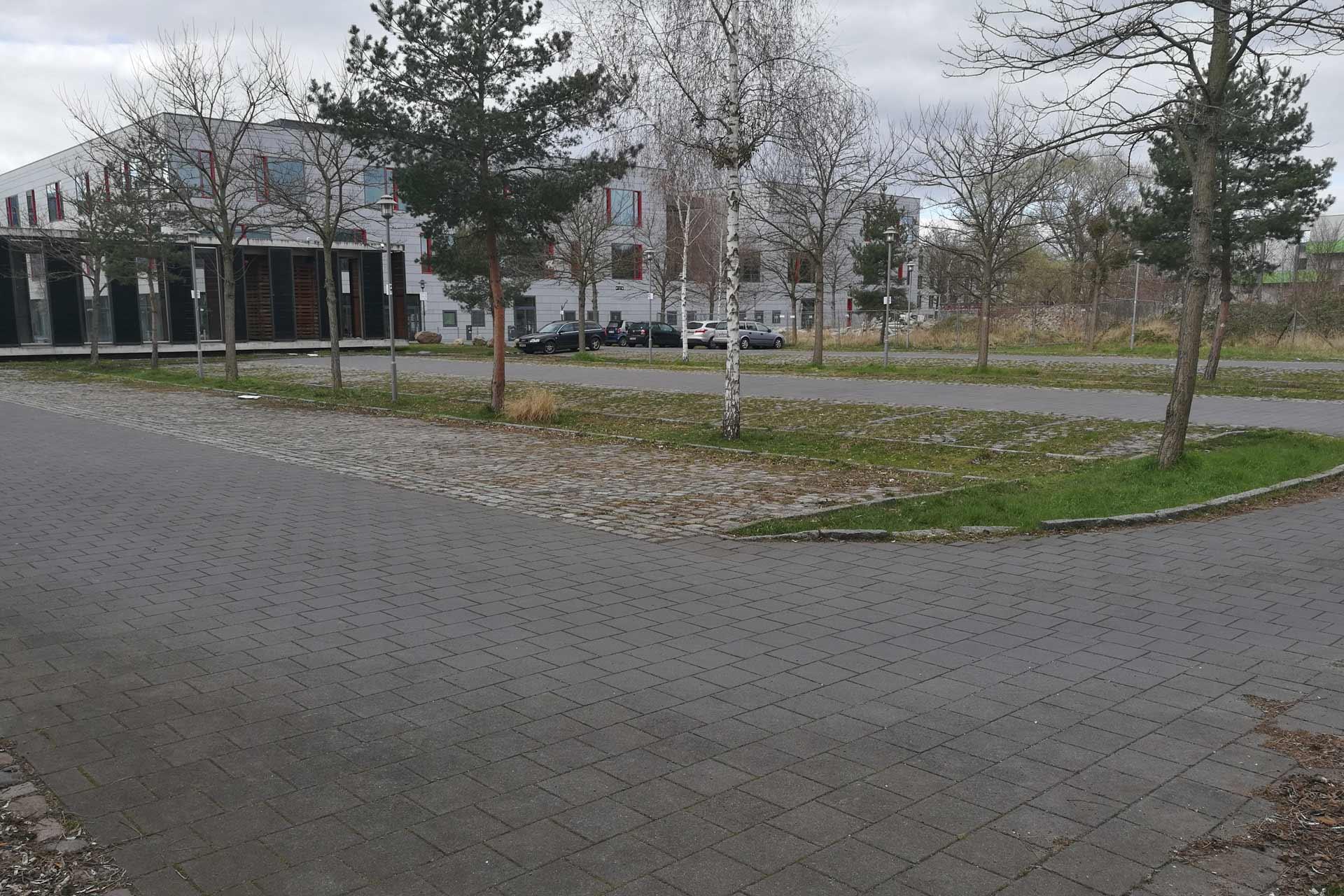 leerer Parkplatz der FHP