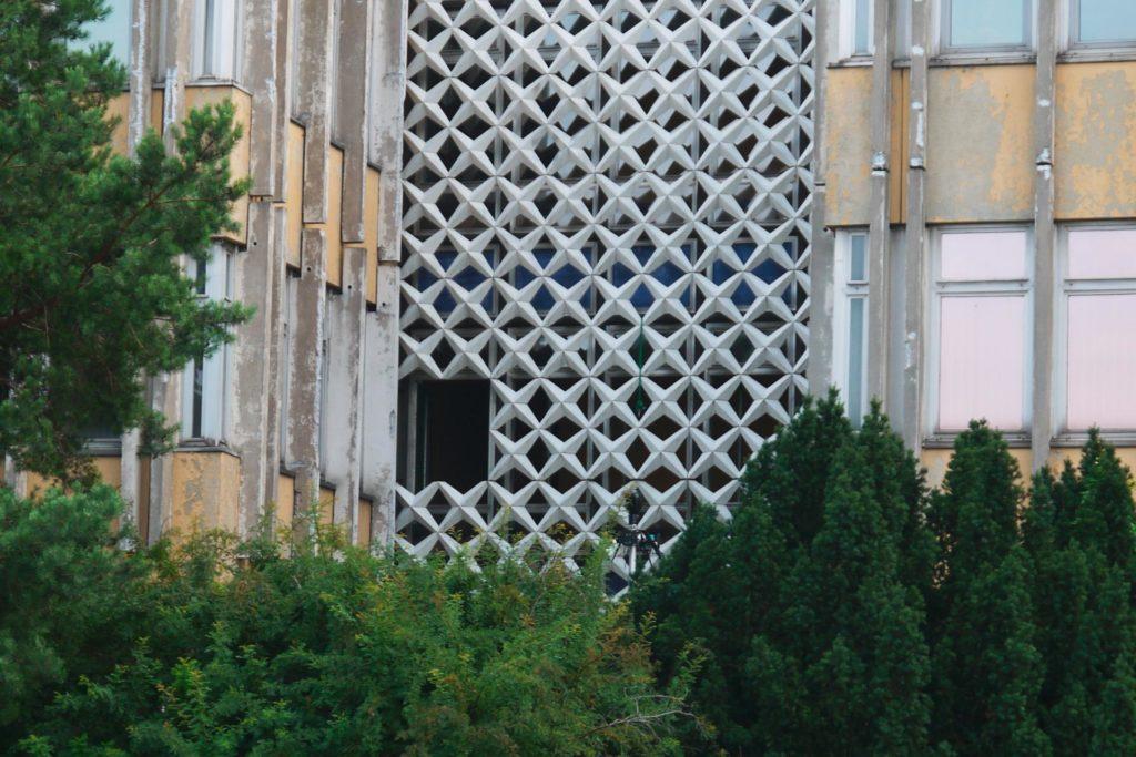 Fassade vom ehemaligen Gebäude der FH Potsdam, es sind Sternelemente zu sehen, von denen ein kleiner Teil bereits abgenommen wurde.