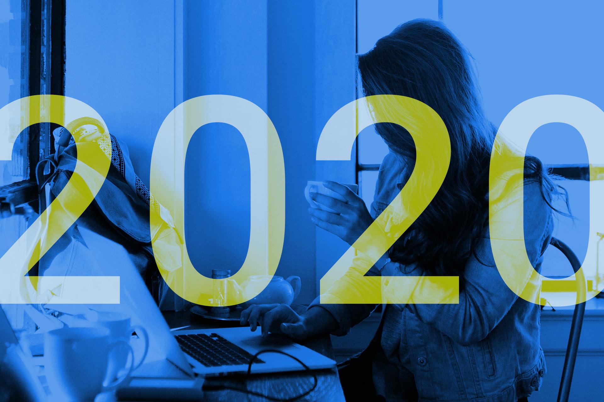 Im Vordergrund steht 2020, im Hintergrund ist eine Person zu sehen, die vor ihrem Laptop sitzt und arbeitet.