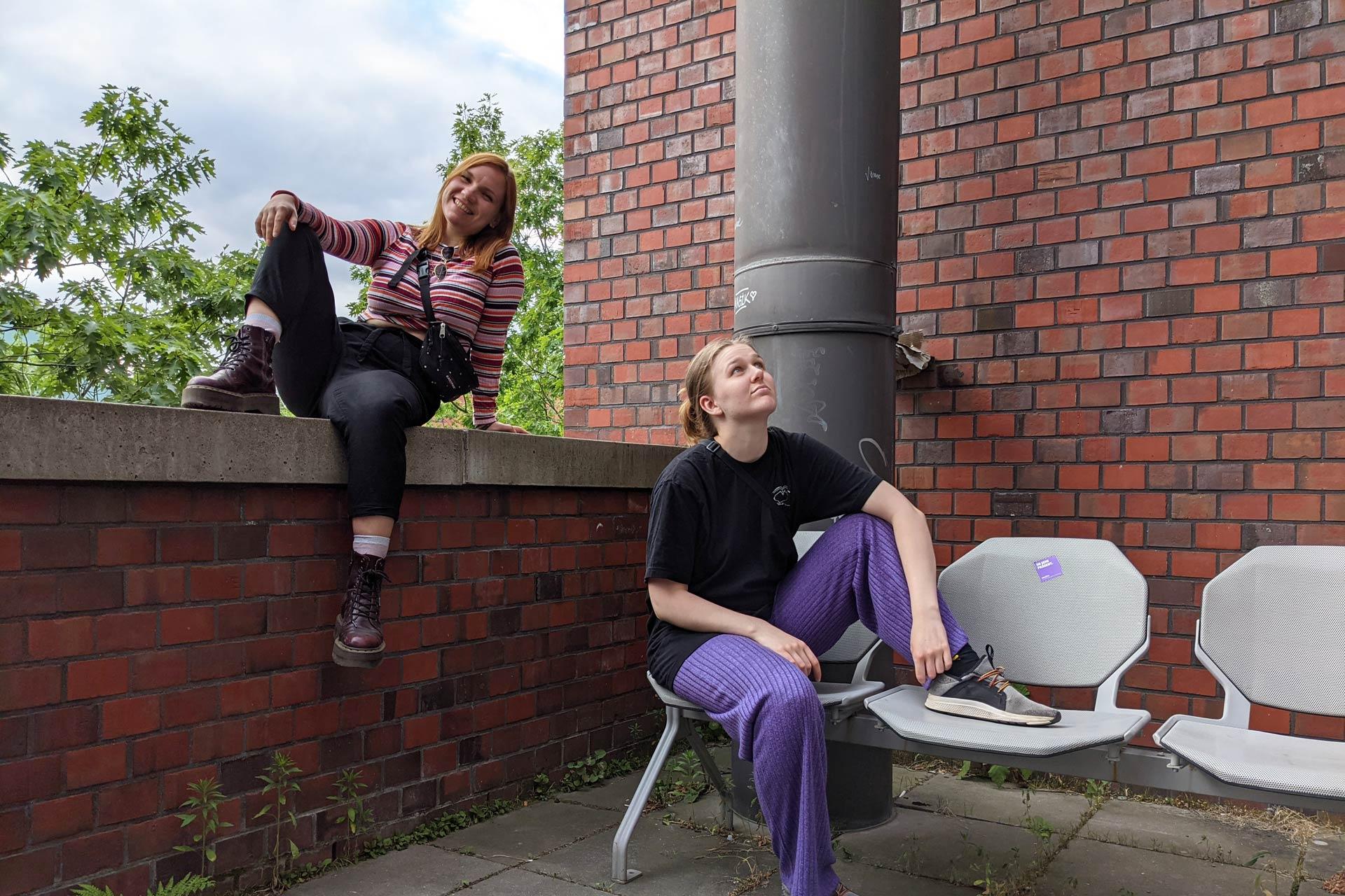 Elisa und Elena sitzen auf dem Balkon.